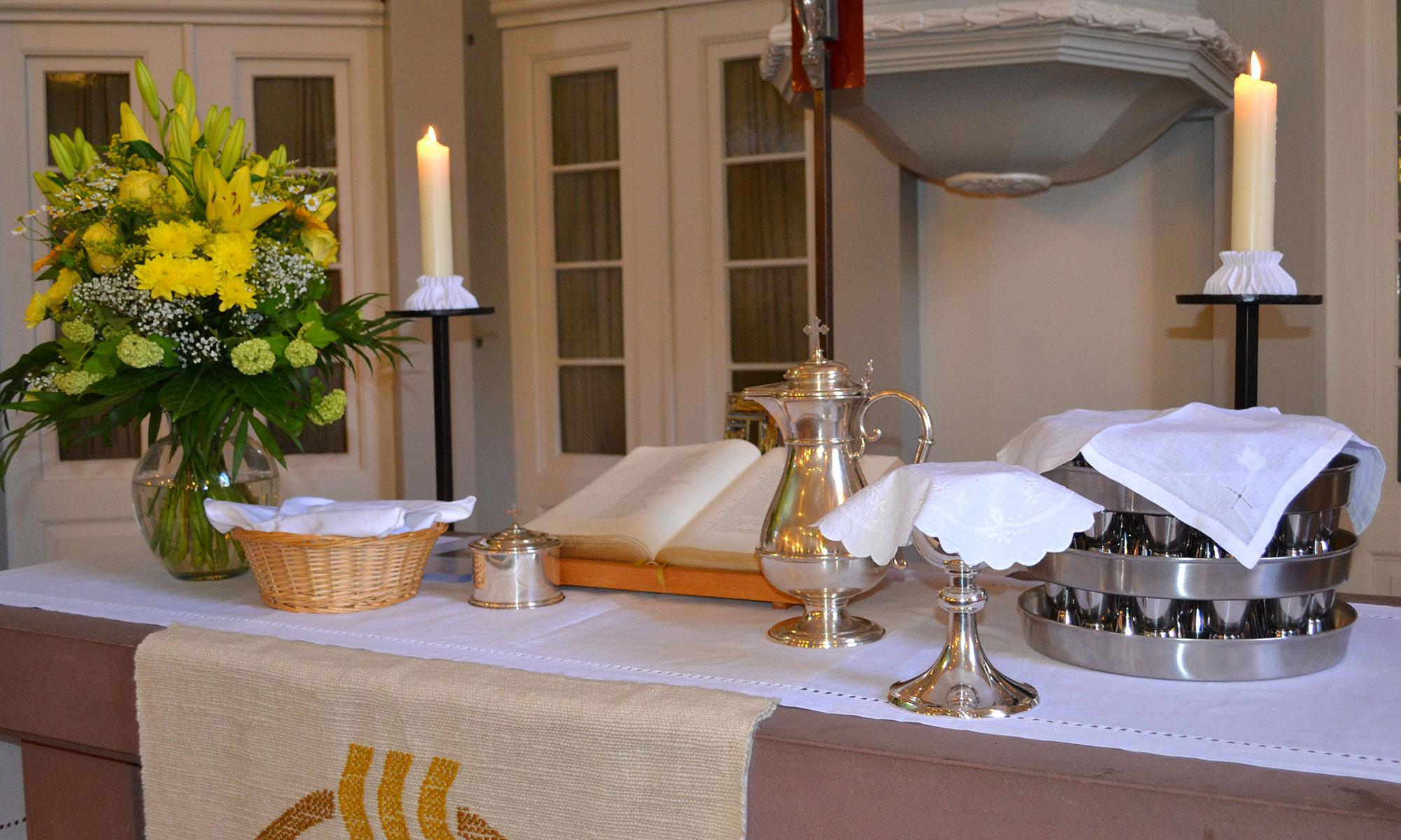Auf dem Altar der evangelischen Kirchengemeinde Messel steht alles bereit zum Abendmahl.