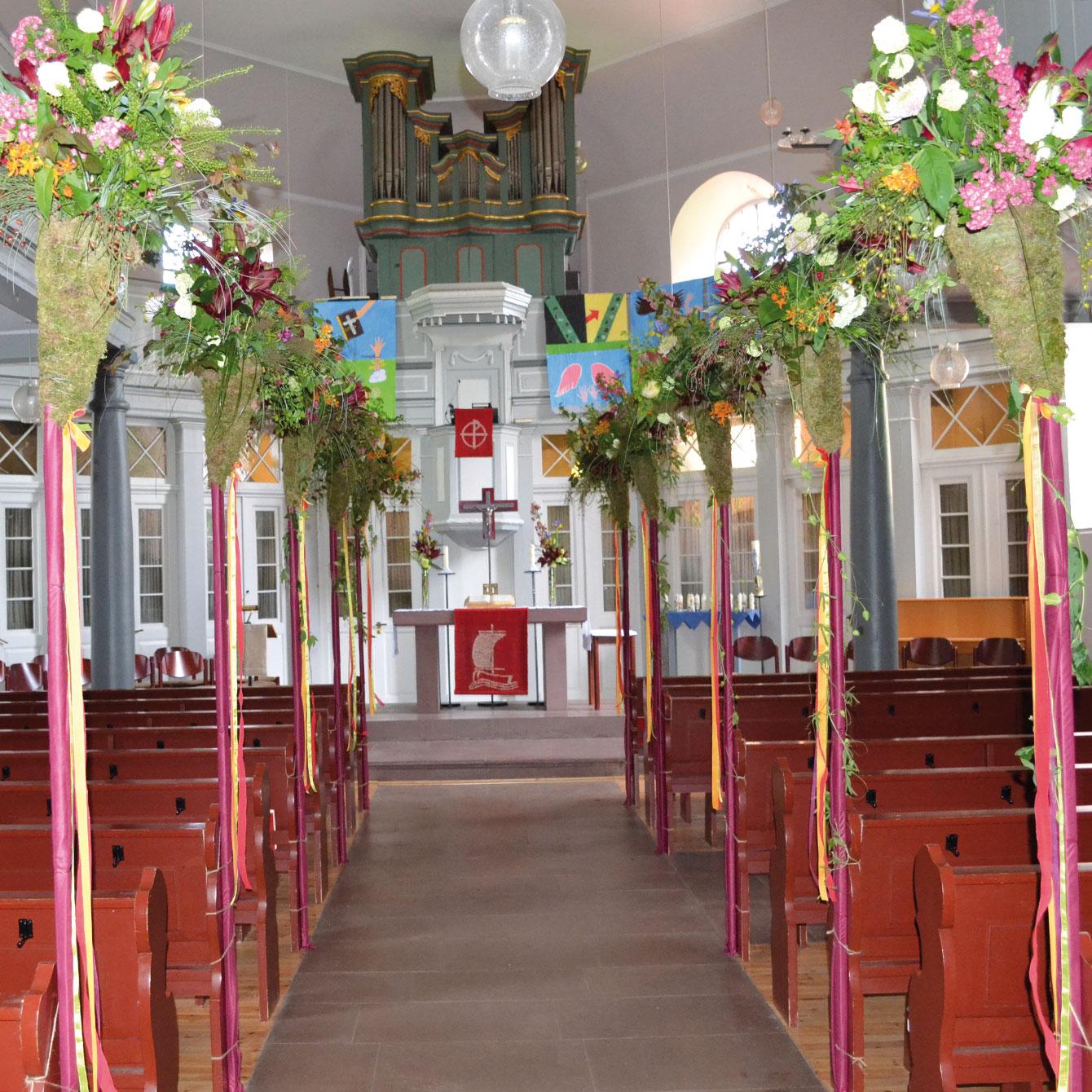 Die zur Konfirmation festlich geschmückte evangelische Kirche in Messel.