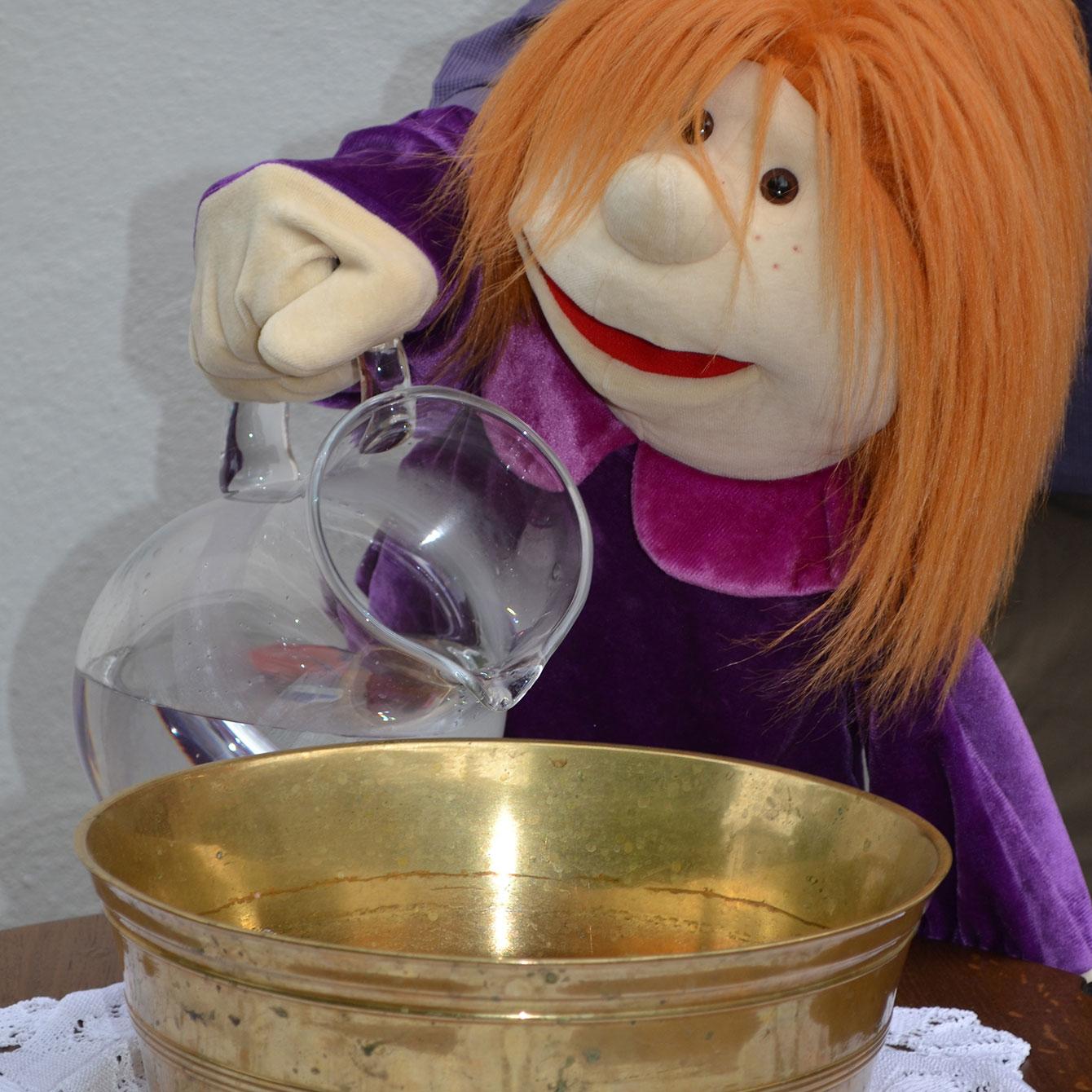 Bauchrednerpuppe Mathilde in einem Taufgottesdienst